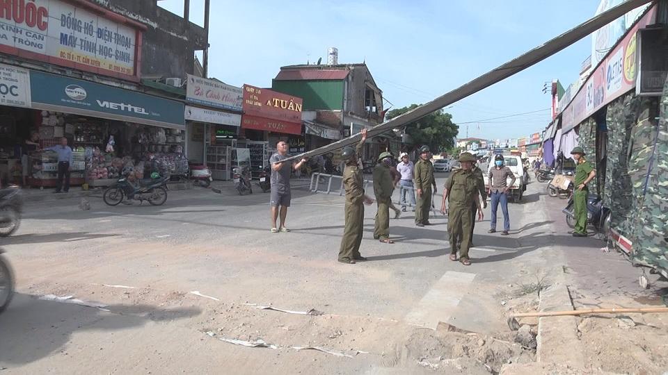 Thị trấn Cẩm Xuyên tổ chức di dời tháo dỡ các ki ốt, biển bảng quảng cáo lấn chiếm hành lang đường giao thông