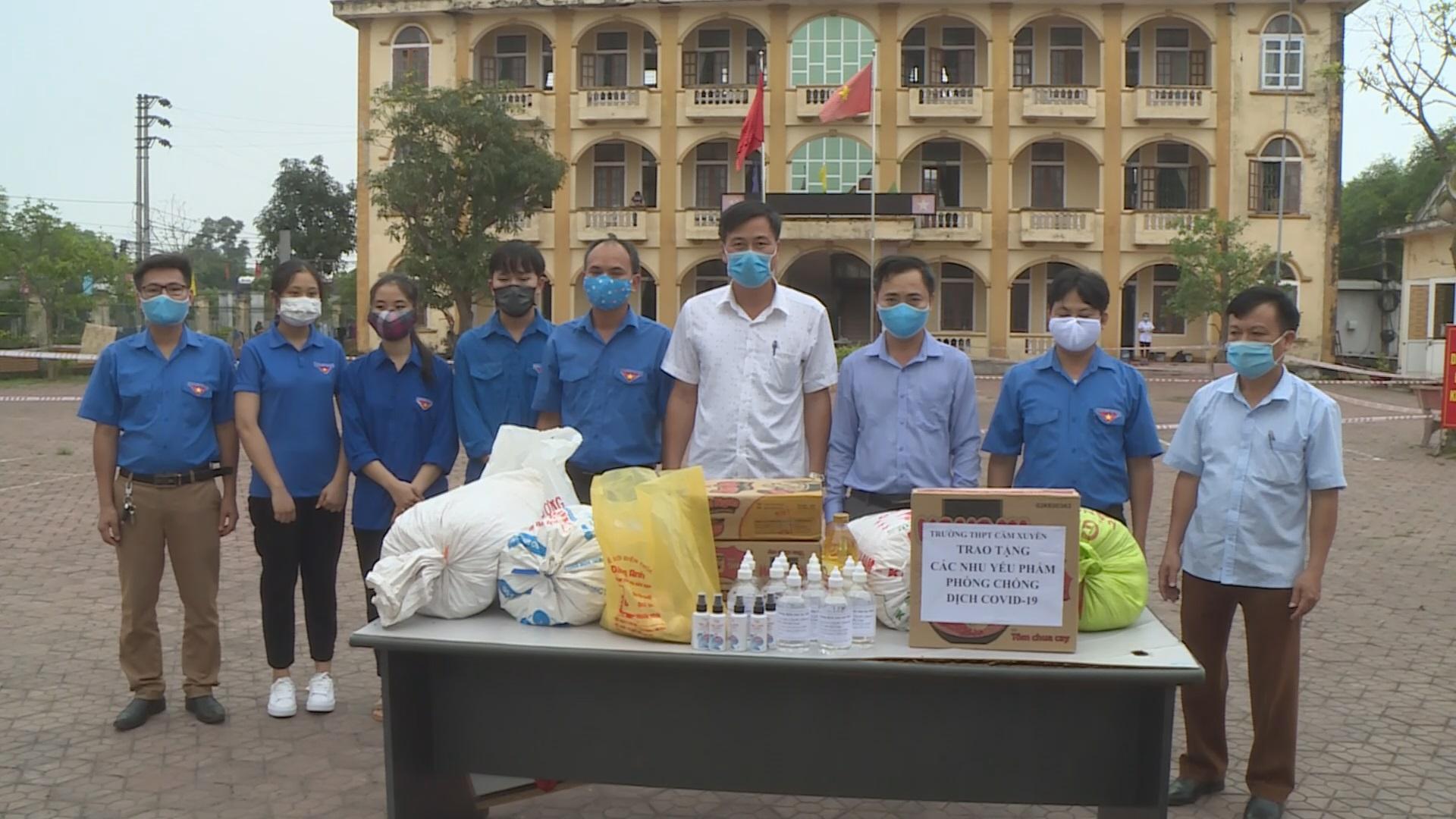 Giáo viên và học sinh trường THPT Cẩm Xuyên tặng quà hỗ trợ các cơ sở cách ly.