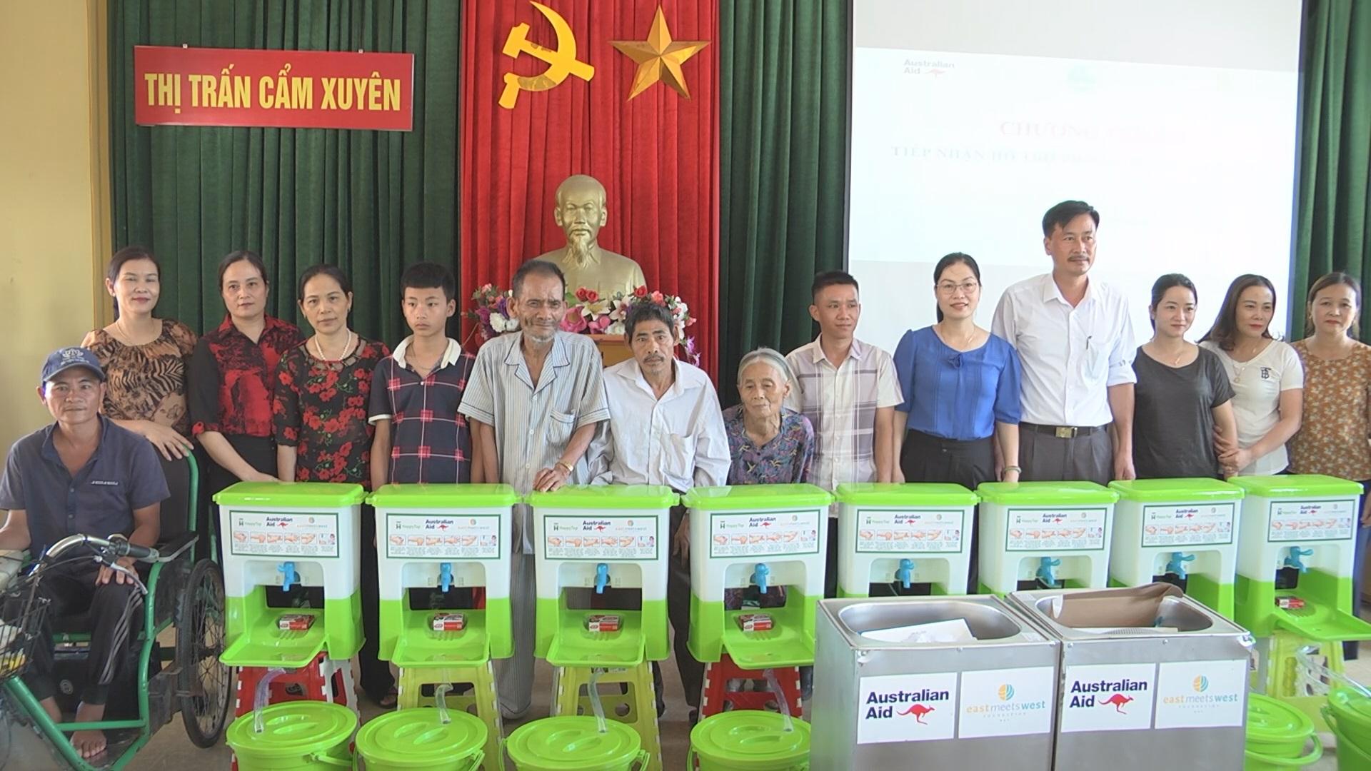 Hội LHPN huyện Cẩm Xuyên trao tặng thiết bị rửa tay bằng nhựa các Trường Mầm non, Trạm y tế, hộ nghèo