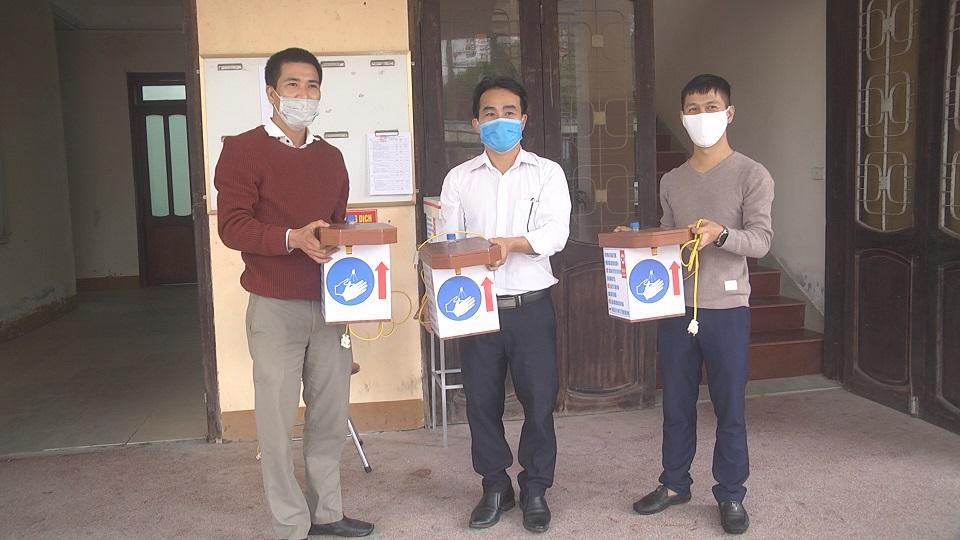 Trao máy sát trùng rữa tay hồng ngoại cho các điểm cách ly trên địa bàn huyện Cẩm Xuyên.