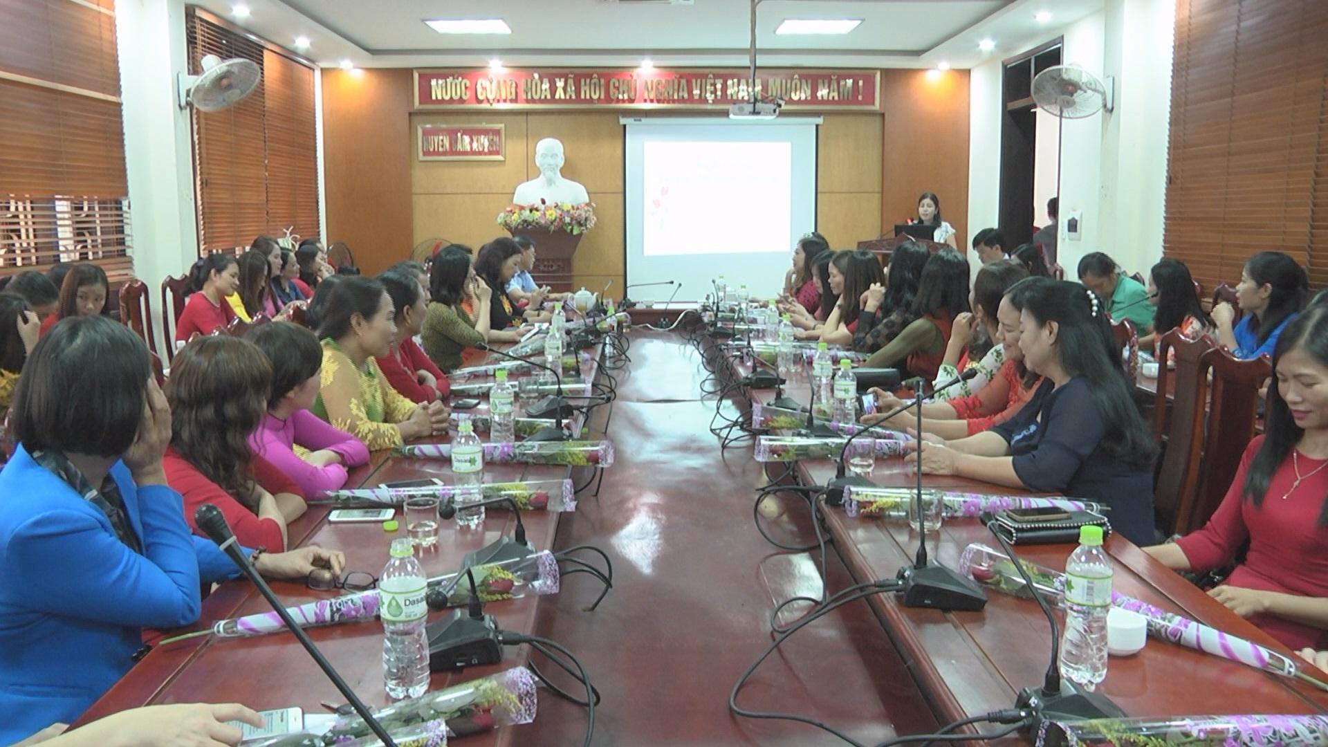 Ban Vì sự tiến bộ phụ nữ huyện Cẩm Xuyên Tọa đàm ngày 20/10.