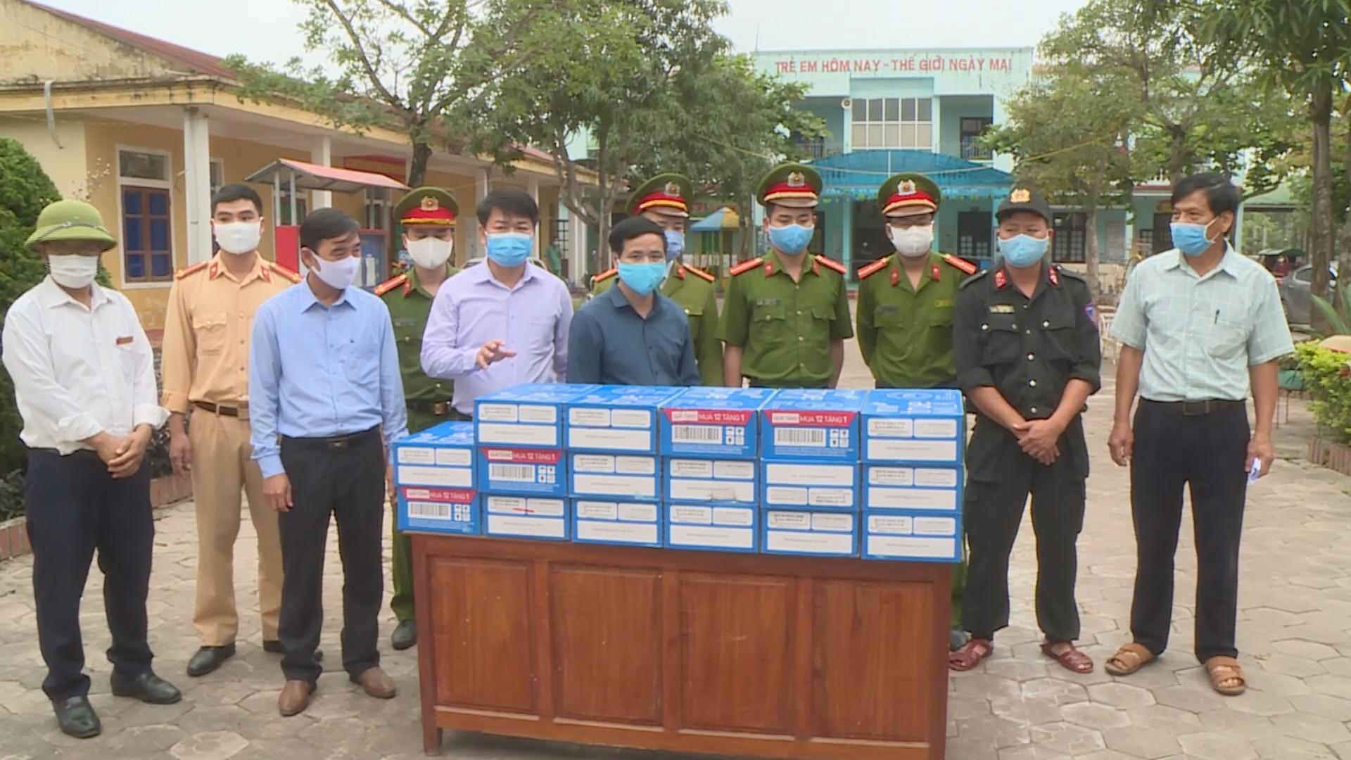 Các đồng chí lãnh đạo Cẩm Xuyên và đơn vị tài trợ trao sữa cho chính quyền xã Cẩm Bình