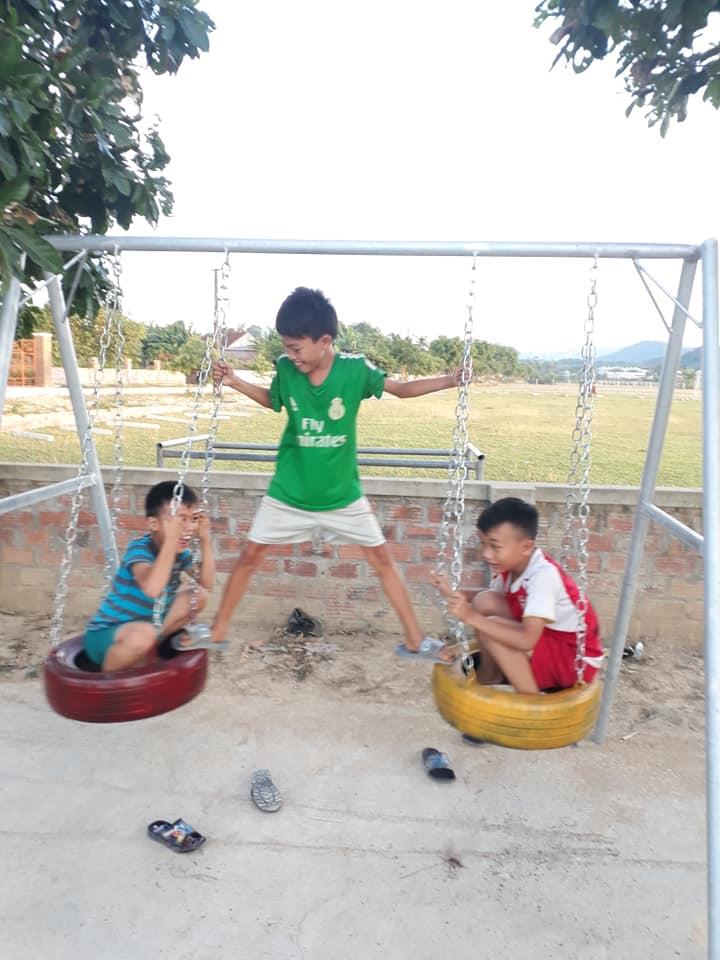 Các em thiếu niên nhi đồng thích thú chơi các trò chơi.