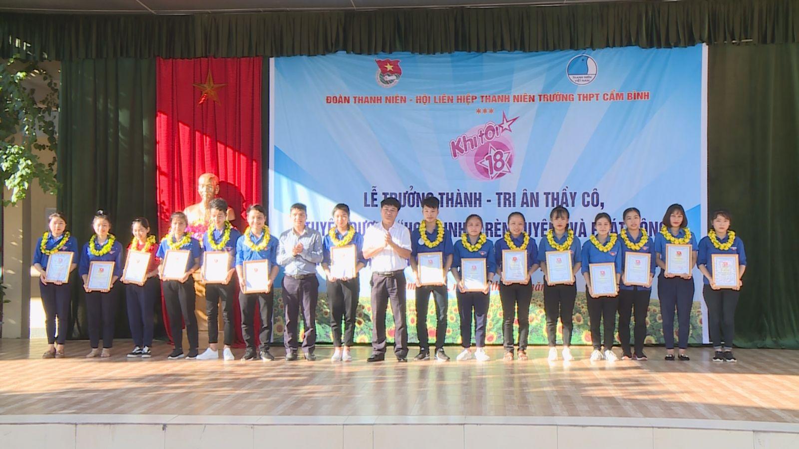 """Đoàn trường PTTH Cẩm Bình tổ chức Ngày hội khi tôi 18, phát động chiến dịch tình nguyện """"hoa phượng đỏ"""""""